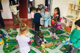 Minik öğrenciler oyuncaklarla sevindiler