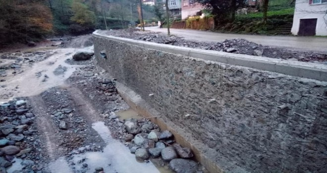 Kalkandere Fındıklı Yeşilköy Esendere köyleri dere taşkın koruma inşaatı tüm hızıyla devam ediyor