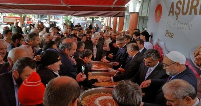 Cumhurbaşkanlığı Rize Sahil Caminde Aşure Dağıttı