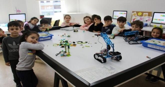 Rize'de Minik öğrenciler Robotik Kodlama, Görsel Sanatlar, Müzik, ve Yaşam Evini Ziyaret Etti