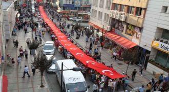 Türk Bayrağı Boydan Boya Rize Sokaklarında